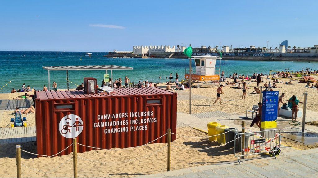 Foto de la Playa de Nova Icâria de Barcelona con el contenedor Cambiador Inclusivo en la zona de baño asistido